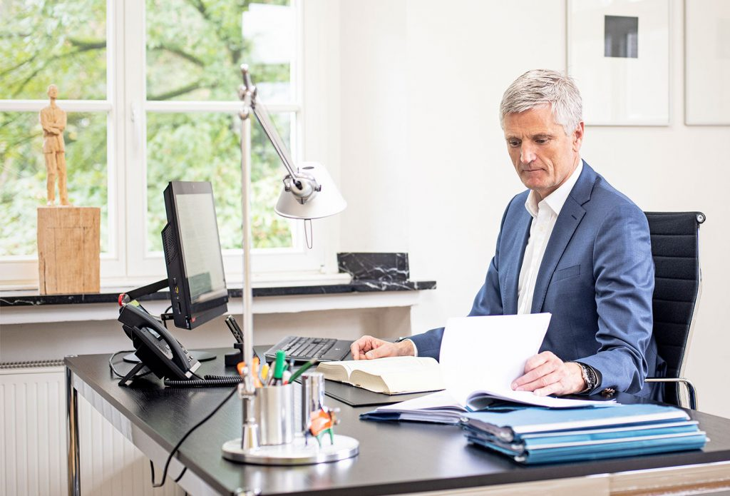 Dr. Jürgen Weber am Schreibtisch